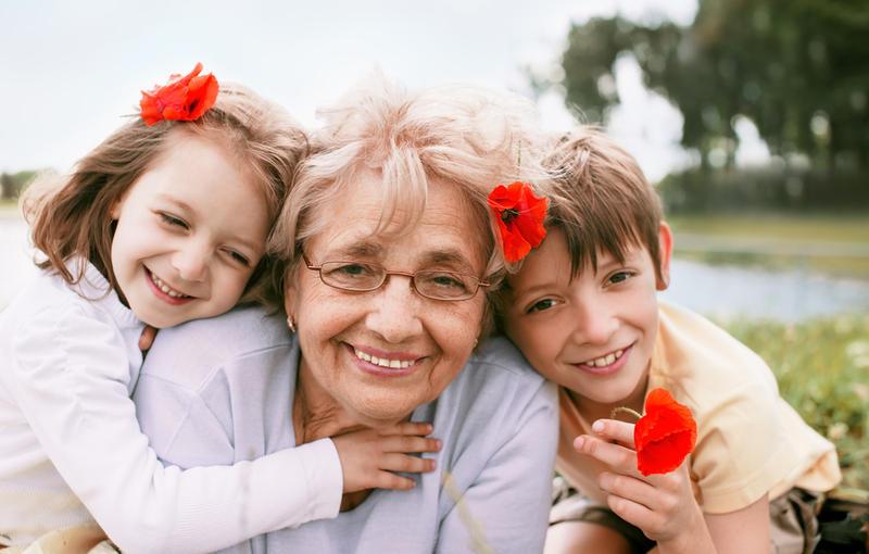 Бабуля с внуком спит 6 фотография