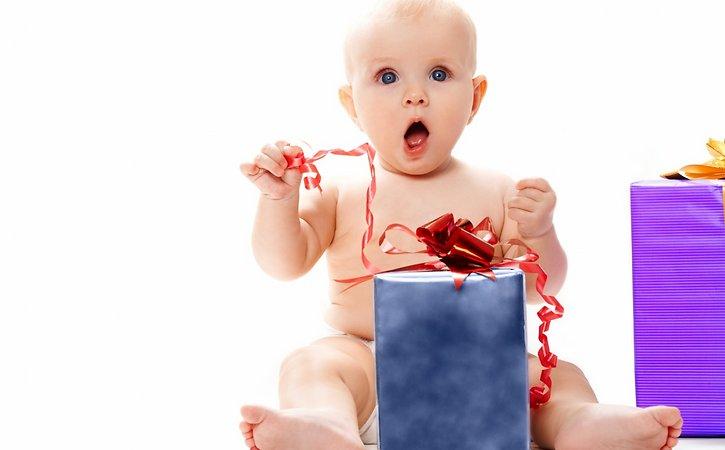 Подарок в руках ребенка