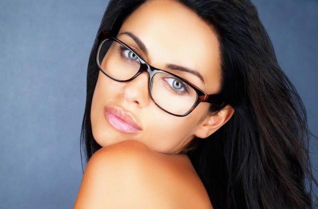 Картинки девушек брюнеток летом в очках